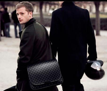 Успешный человек и кожаный портфель