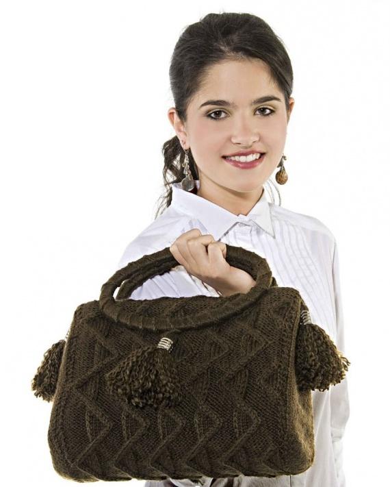 Стильная коричневая сумка спицами с кистями