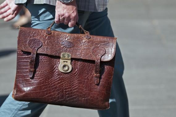Деталь: портфель в стиле ретро